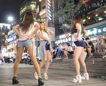 美女街头表演高清不卡视频